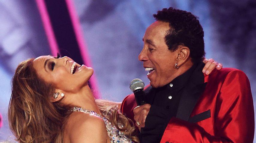 Jennifer Lopez und Smokey Robinson bei ihrem Auftritt bei den 61. Grammy Awards