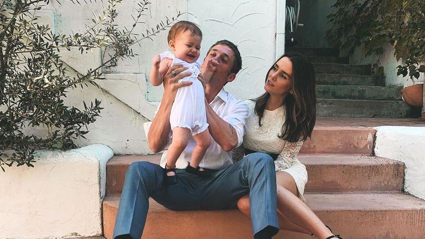 Jeremy Allen White und Addison Timlin mit ihrem Baby