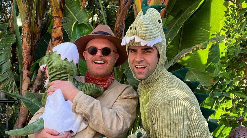 Jesse Tyler Ferguson, Justin Mikita und ihr Sohn Beckett an Halloween 2020