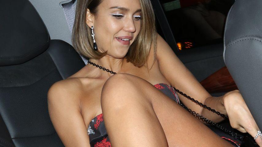 Bloß keinen Slip-Blitzer! Jessica Alba verknotet ihre Beine