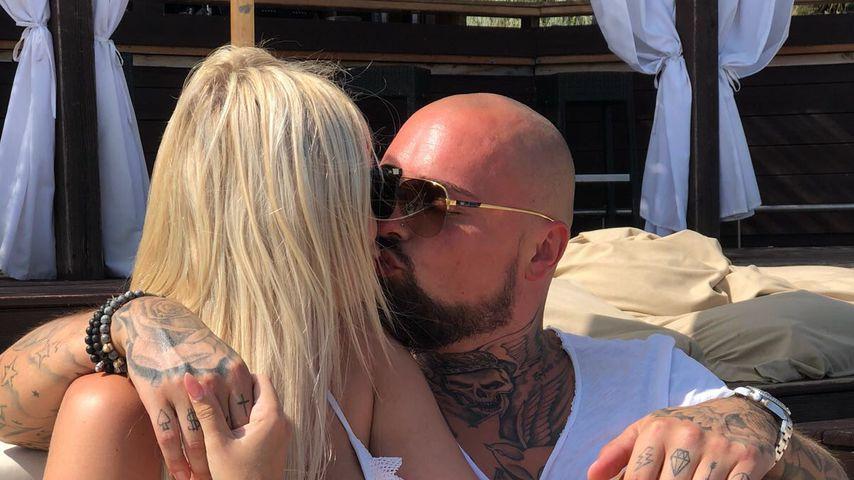 Knutschend am Pool: Nik & Jessi im Urlaub total in love