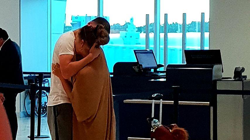 Turtelei am Flughafen: Hier schmust Jessi Paszka mit Ajdin!
