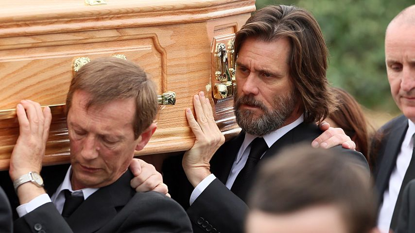 Jim Carrey als Sargträger bei Cathriona Whites Beerdigung