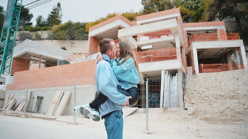 Julian y BB Klaassen frente a una casa de vacaciones en España