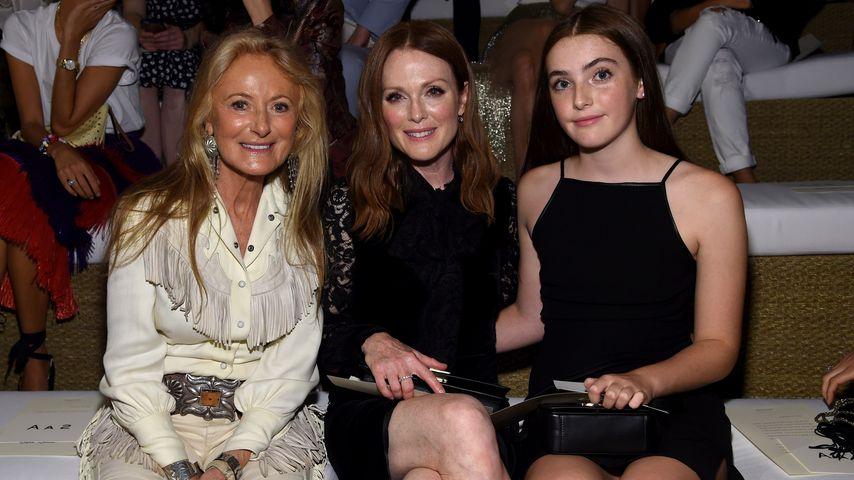 Julianne Moore und ihre Tochter Liv mit Ricky Lauren bei der Modenschau von Ralph Lauren