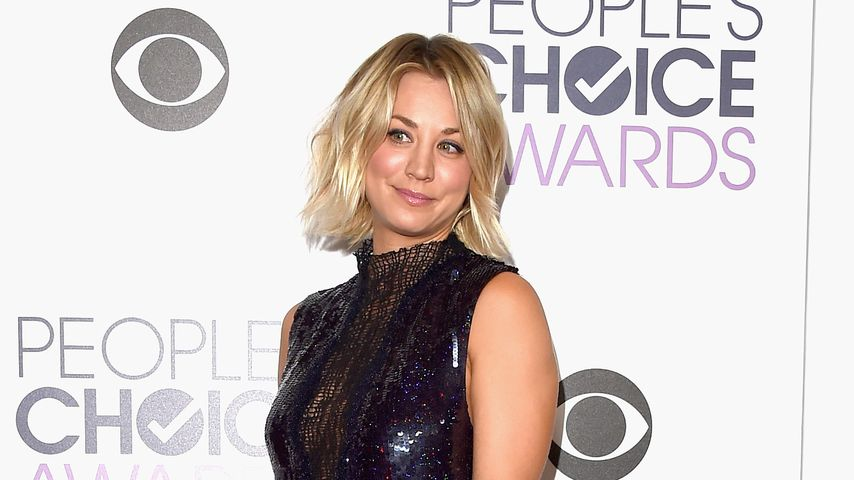 Fashion-Gag: Kaley Cuoco in Turnschuhen auf dem Red Carpet