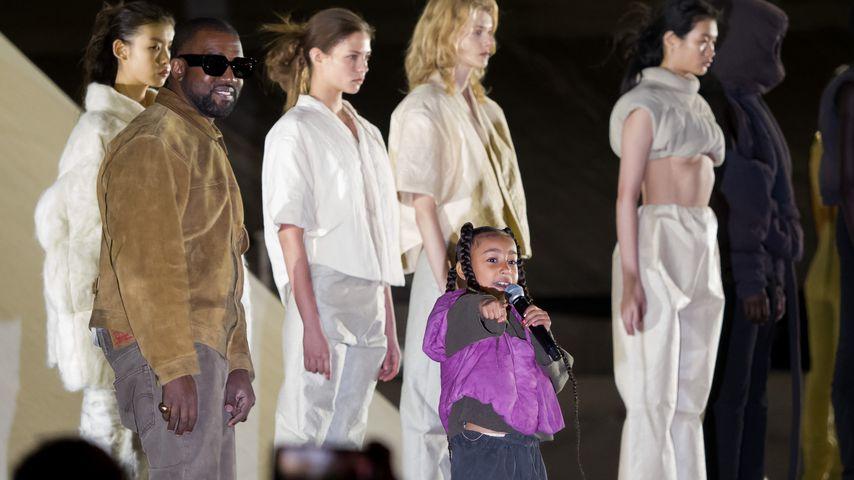 Kanye und North West bei der Yeezy Fashion Show im März 2020