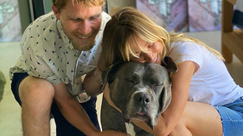 Karl Cook und Kaley Cuoco mit ihrem Hund Larry, Juli 2021