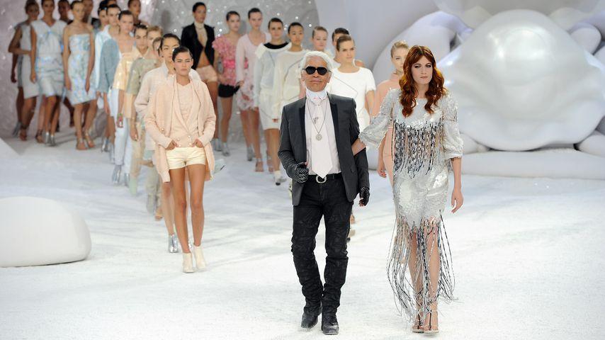 Karl Lagerfeld mit Florence Welch auf der Paris Fashion Week, Oktober 2011