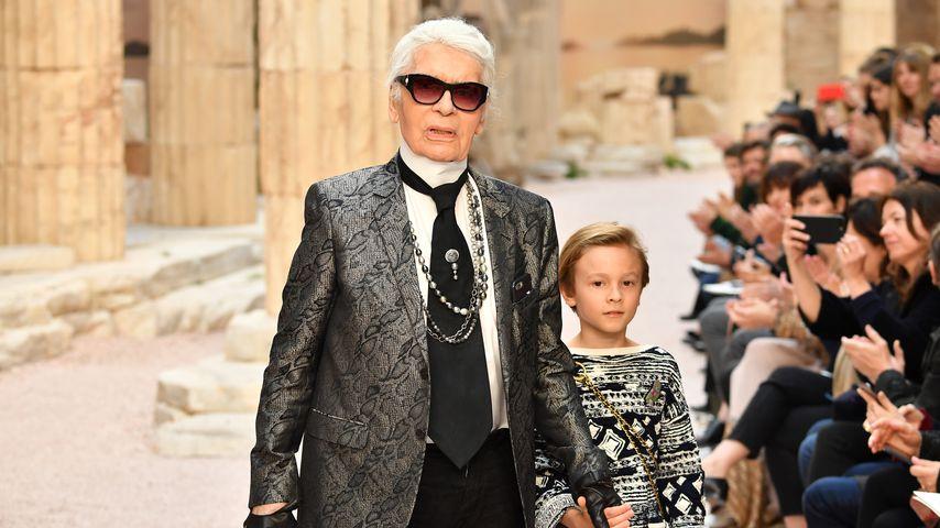 Karl Lagerfeld mit seinem Neffen Hudson Kroenig bei der Chanel Cruise Show 2017/2018 in Paris