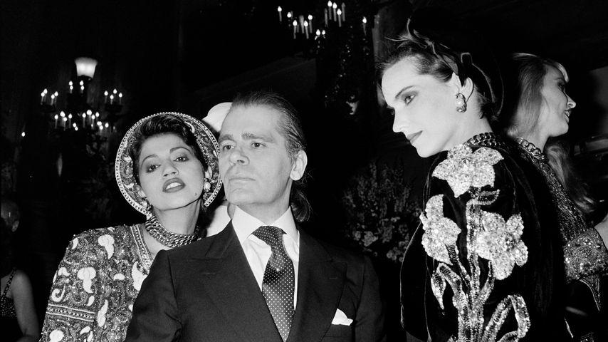 Karl Lagerfeld mit zwei Models in Paris, Juli 1984