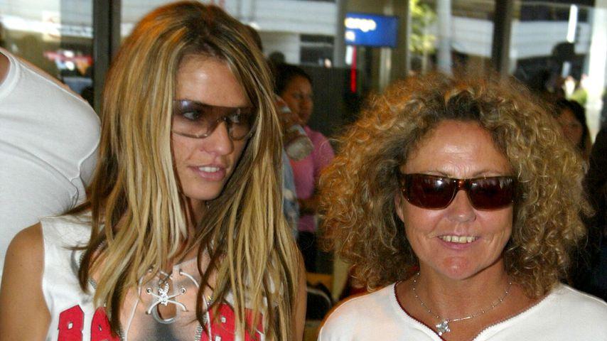 Katie Price mit ihrer Mutter Amy, Juli 2002