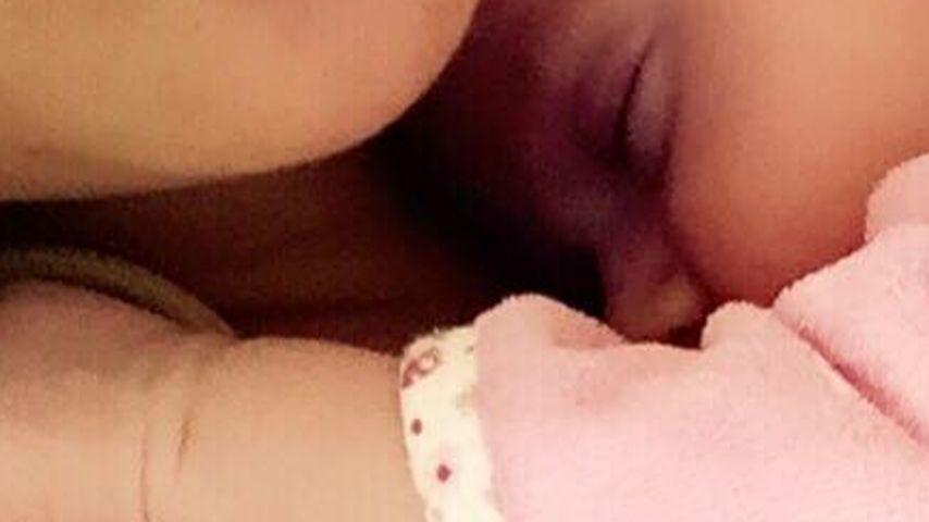 Katzen-Kuschelei: So selig schläft Sophia in Danielas Nähe