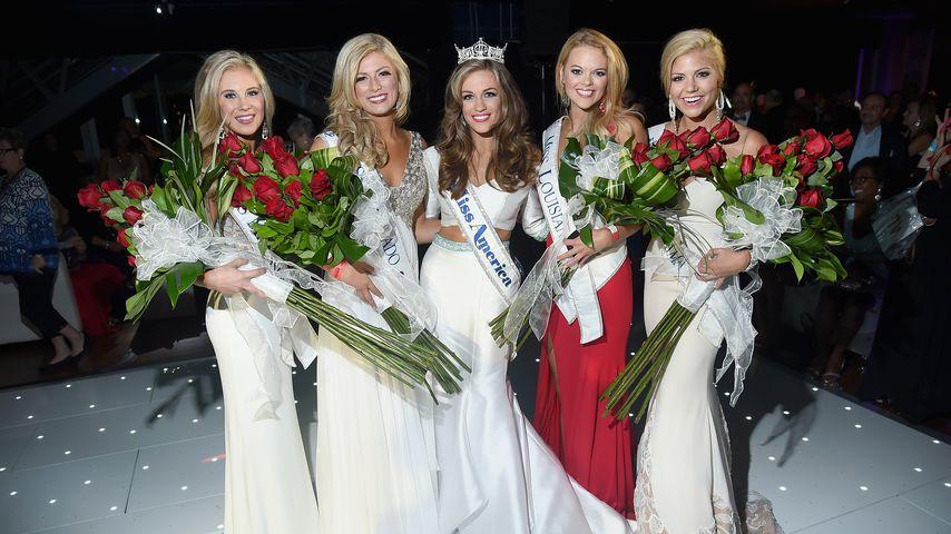 Kelley Johnson (2 v. li.) bei der Miss America After-Party 2015