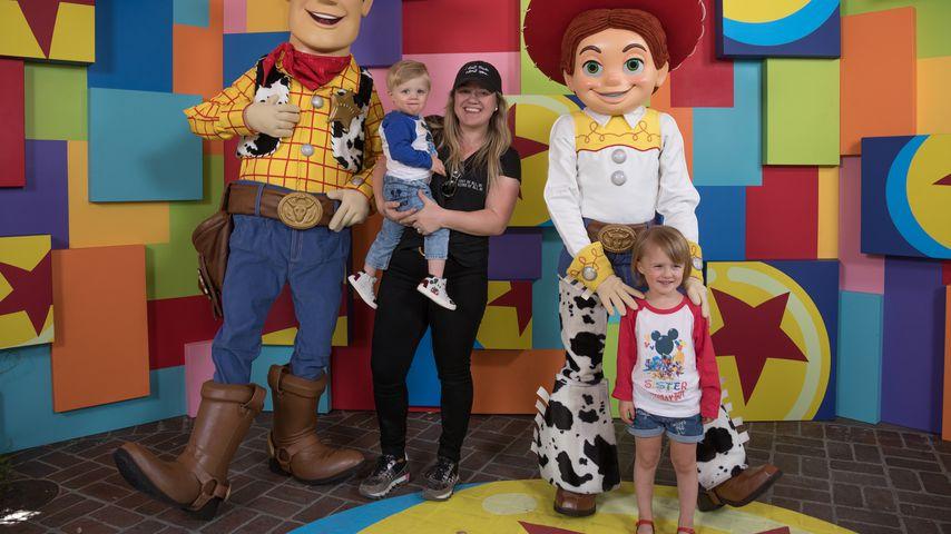 Kelly Clarkson mit ihren Kindern Remington Alexander und River Rose im Disneyland Kalifornien