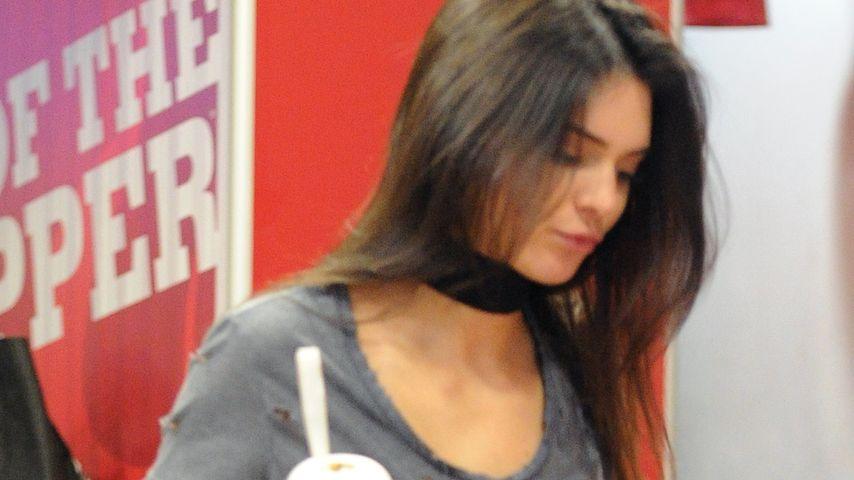 """Ciao Modelfigur? Kendall Jenner gönnt sich """"Burger King"""""""