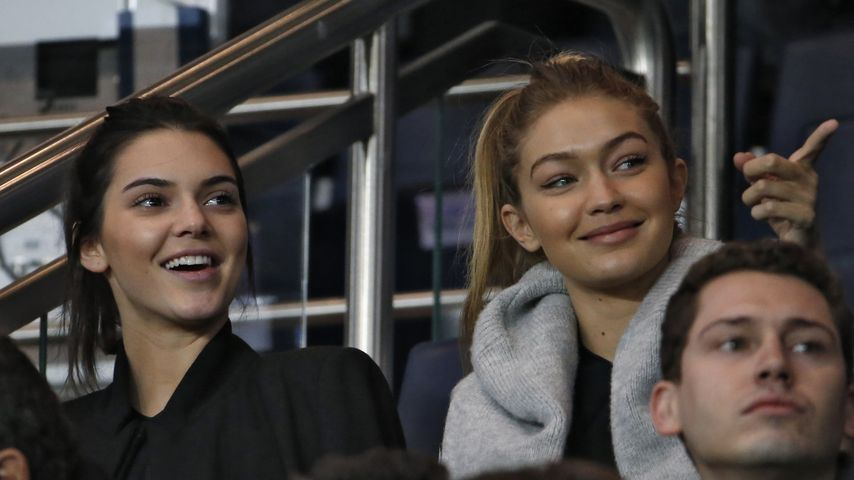 "Kendall Jenner und Gigi Hadid im ""Parc des Princes""-Stadion in Paris"