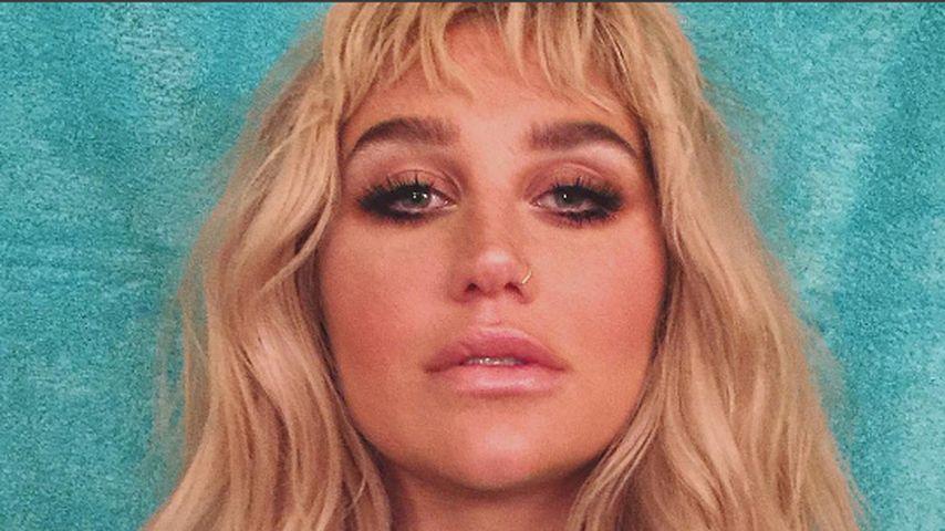 Kesha in einer hohen Bluse