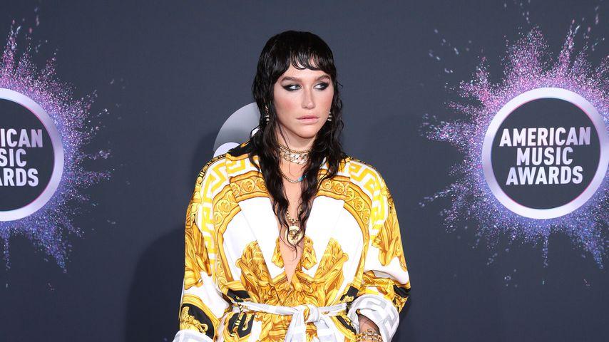 Autsch! Kesha schlug sich die Oberlippe am Mikrofon auf