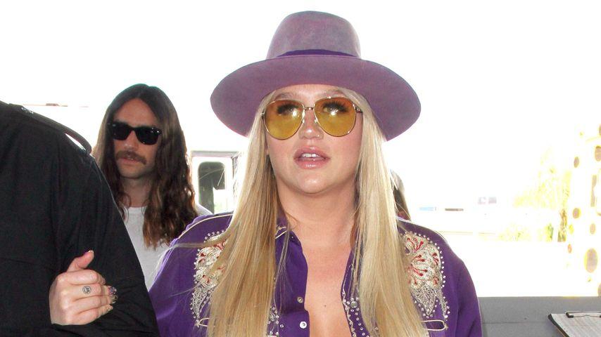 Bizarres Outfit: Hier platzt Kesha fast die Bluse!