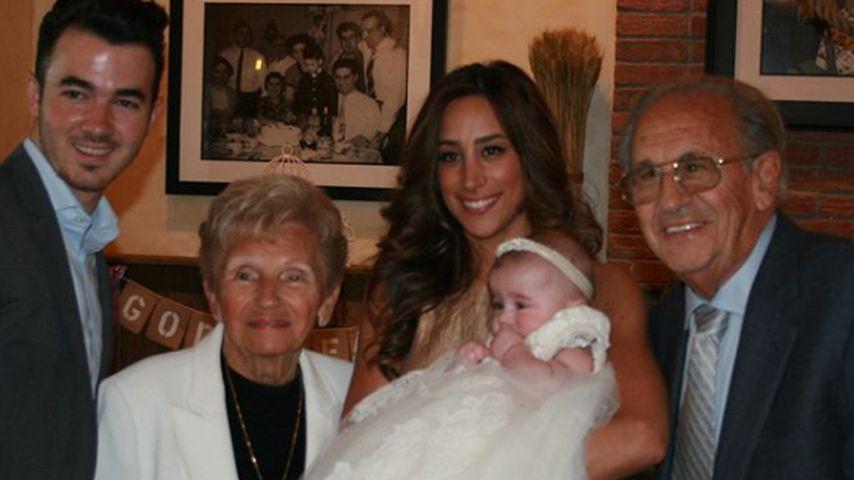 Kevin Jonas, Frau Danielle mit ihren Großeltern und Tochter Valentina