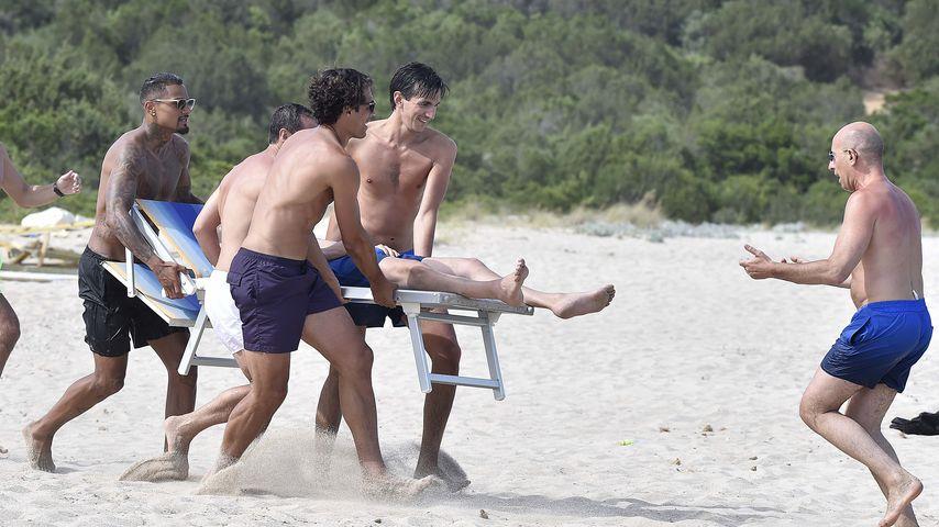 Kevin Prince Boateng mit Freunden am Strand von Porto Cervo