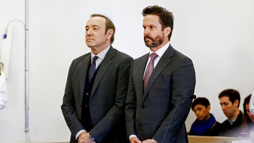 Kevin Spacey mit seinem Anwalt Alan Jackson vor Gericht in Massachusetts