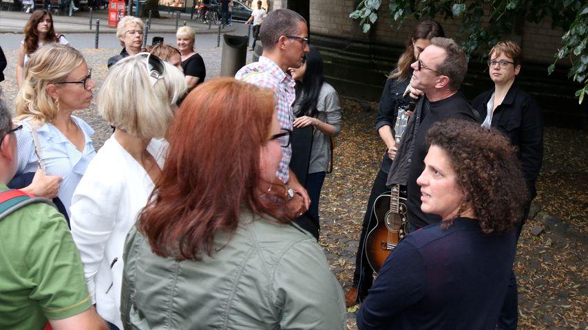 Kiefer Sutherland unterhält sich mit Passanten in der Kölner Fußgängerzone