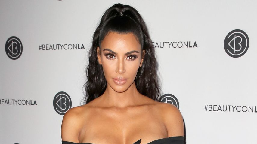 Hot or not? Kim K. mit gewagtem Outfit auf Beauty-Event