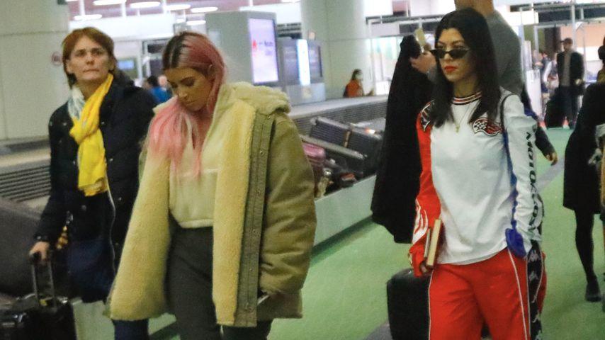 Kim Kardashian und Kourtney Kardashian am Flughafen in Tokyo