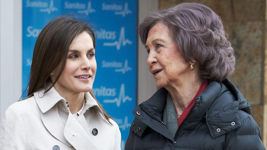 Königin Letizia und Königin Sofia vor dem Krankenhaus