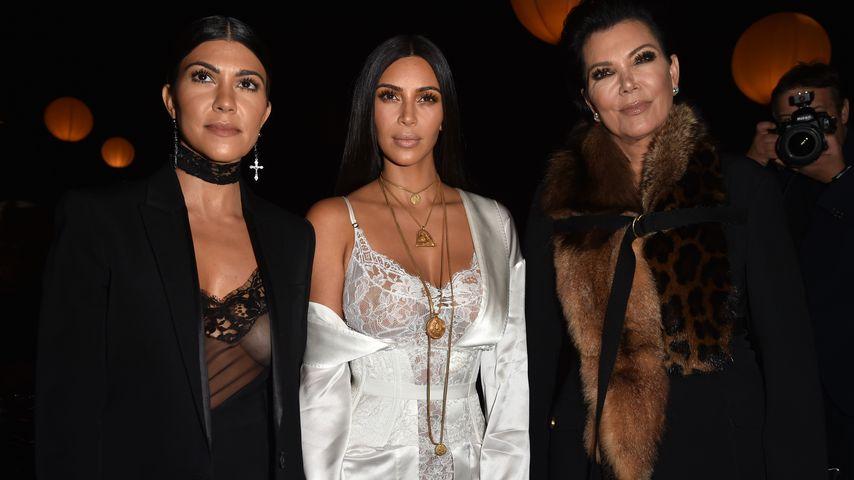 Kourtney Kardashian, Kim Kardashian und Kris Jenner bei einer Modenschau in Paris