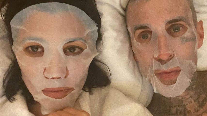 Mit Gesichtsmasken: Hier liegen Kourtney und Travis im Bett
