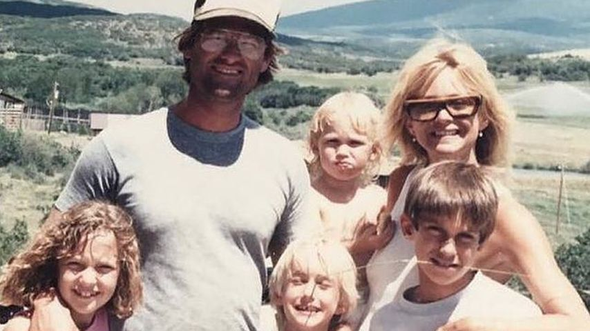 Kurt Russell, Goldie Hawn mit Kate und Oliver Hudson und zwei weiteren Kindern