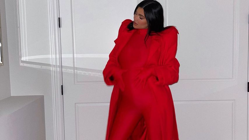 Sexy Babybauch-Update: Kylie Jenner posiert in rotem Catsuit