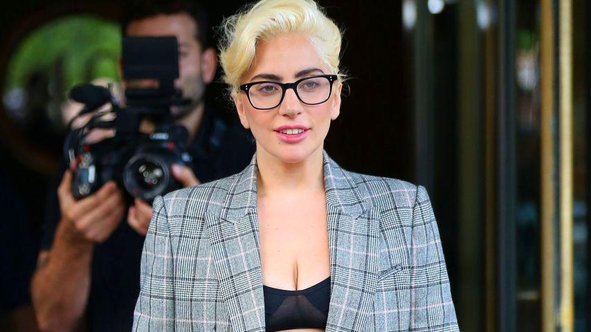 Was für ein Outfit! Lady Gaga macht auf Nerd mit Anzug
