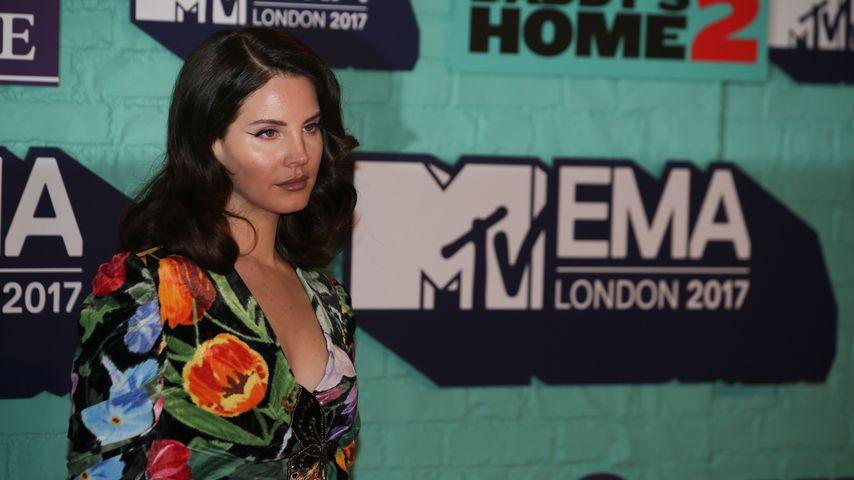 Grinsende Lana Del Rey zeigt ihren Goldzahn