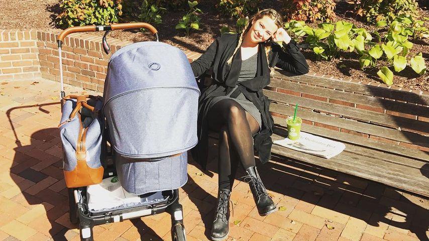Laura Osswald mit Töchterchen Karline Ruby im Kinderwagen