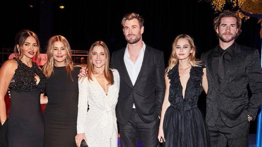 Liam Hemswort und Gabriella Brooks (r.) mit Chris Hemsworth und seiner Frau Elsa (m.)