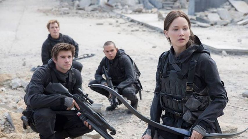 "Liam Hemsworth, Sam Claflin, Evan Ross und Jennifer Lawrence in ""Mockingjay, Teil 2"""