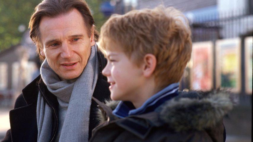 """Liam Neeson und Thomas Brodie-Sangster in """"Tatsächlich... Liebe"""""""