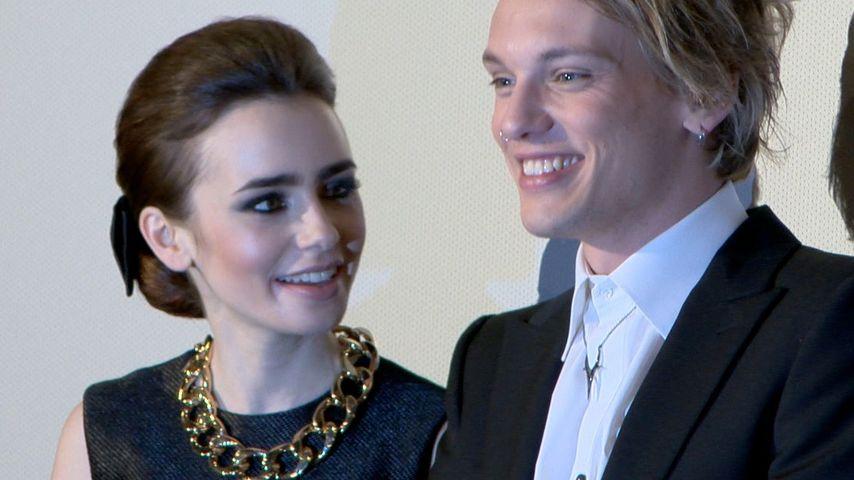 Wie süß! Innige Blicke bei Lily Collins & Jamie