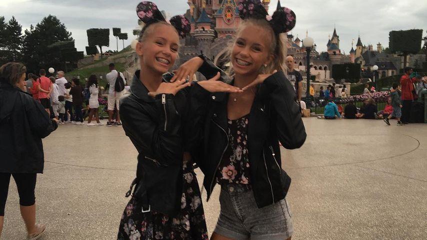 Lisa und Lena im Disneyland