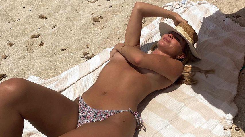Sexy Strandnixe: Beauty Liz Kaeber sonnt sich oben ohne!