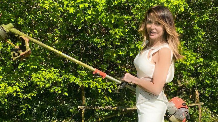 Skurril: UK-Spielerfrau trägt Ballkleider zur Gartenarbeit
