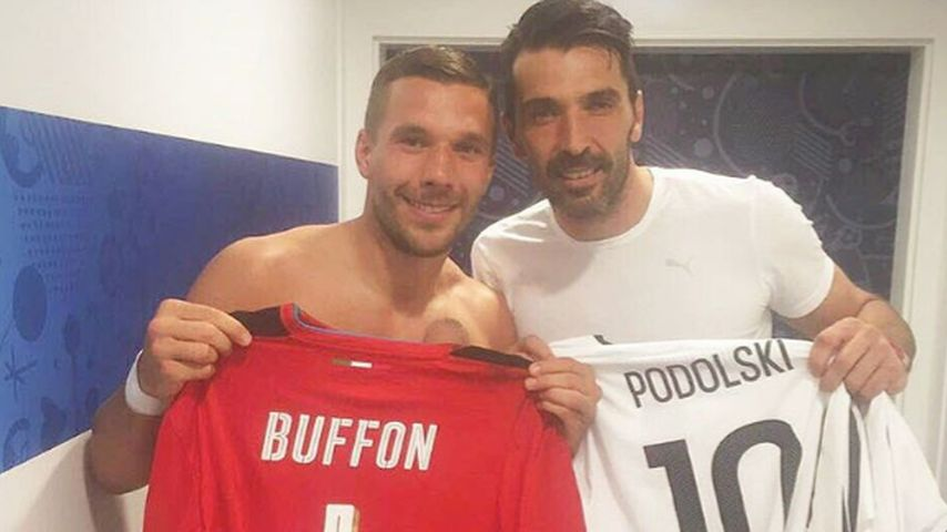 Trikottausch zwischen Lukas Podolski und Gianluigi Buffon