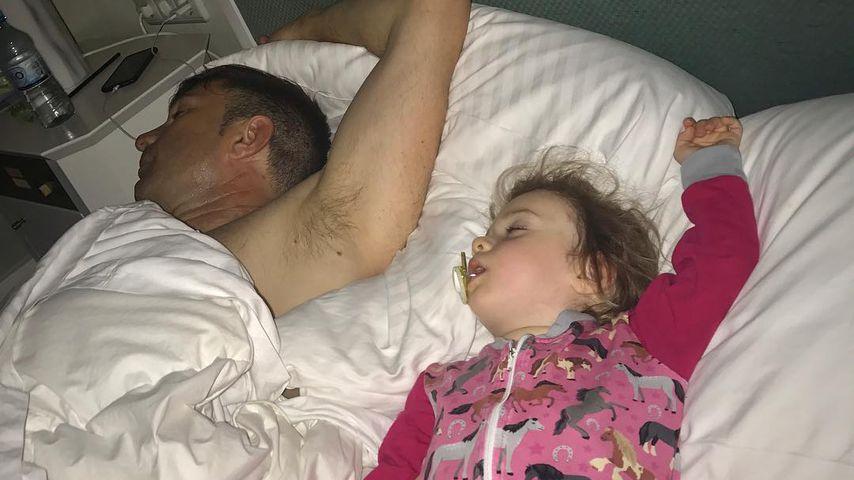 Heimlich geknipst: Sophia Cordalis ist Papas Schlaf-Mini-Me!