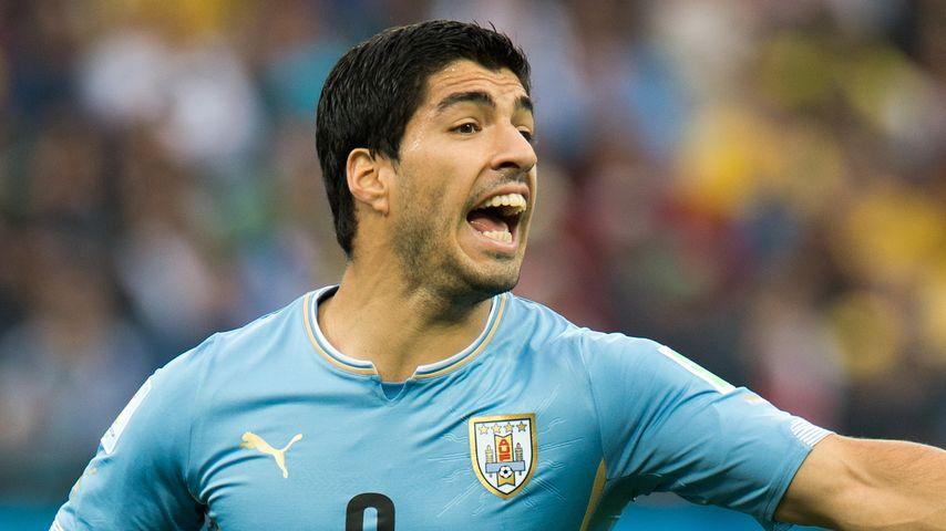 Krass! WM-Star Luis Suárez beißt seinen Gegner!