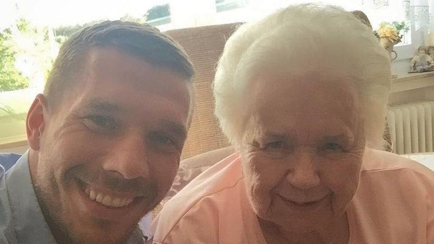 So süß & cool: Lukas Podolski schießt Selfie mit seiner Oma!