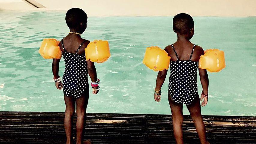 Madonnas Zwillinge Esther und Stella im Schwimmbad